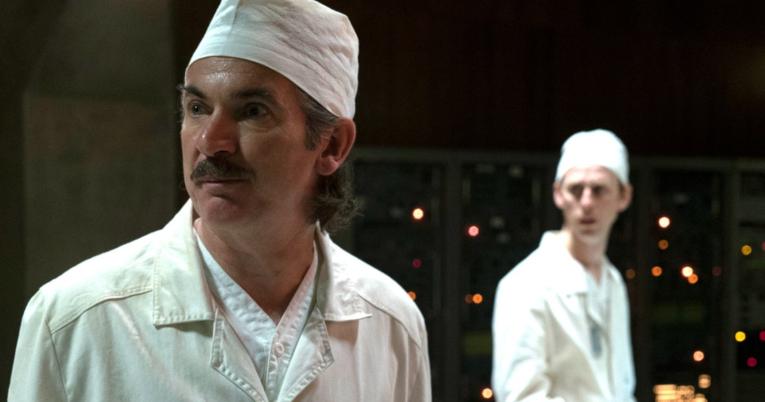 Paul Ritter, como Anatoly Dyatlov, en un fotograma de 'Chernobyl'