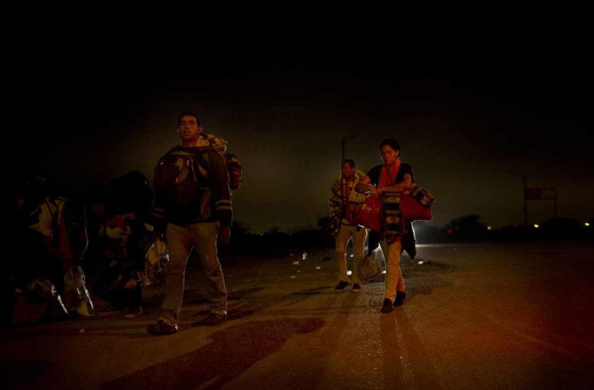 Migrantes venezolanos en caminata nocturna