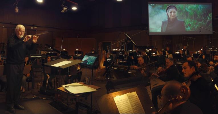 John Williams conduce la orquesta durante la grabación de la banda sonora de la película,