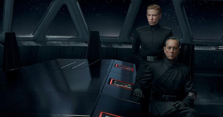El General Hux (nterpretado por Domhnall Gleeson) y el  General Pryde (Richard E. Grant) al interior de la nave de Kylo Ren.