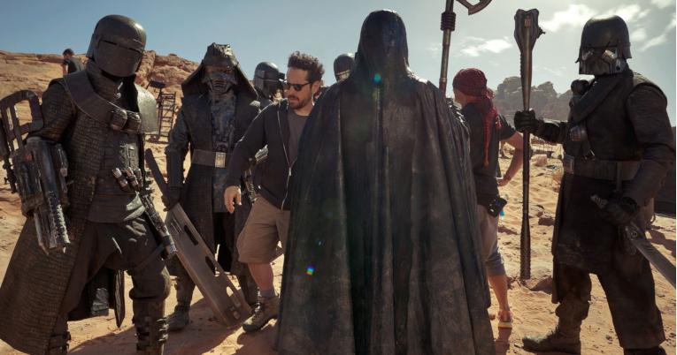 J.J. Abrahams junto a los Knights of Ren, en pleno rodaje en Wadi Rum