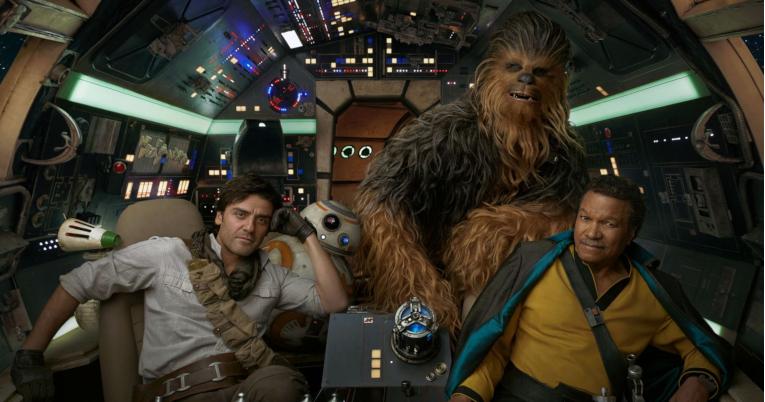 Poe Dameron, BB-8, Chewbacca y Lando Calrissian, dentro del Halcón Milenario