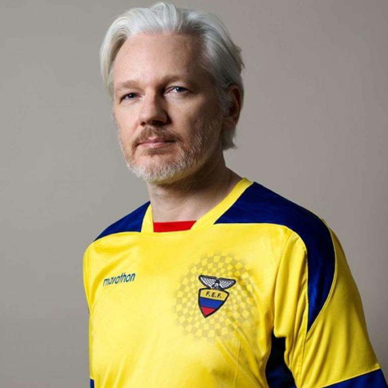 Julian Asssange, fundador de Wikileaks, con la camiseta de la Selección de Ecuador.