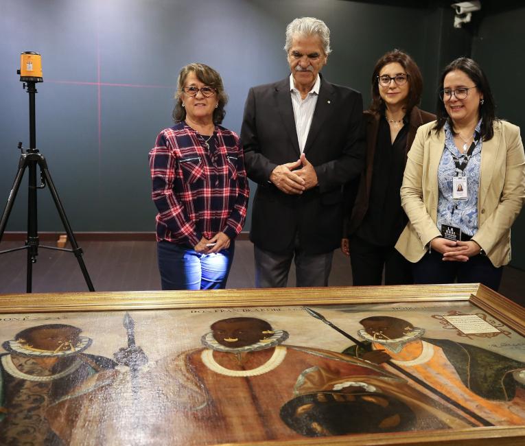 El ministro ecuatoriano de Cultura, Raúl Pérez Torres (c-izq); la directora del Museo Nacional (MuNa) de Ecuador, Ivette Celi (dcha), y la subsecretaria de Memoria Social del Ministerio de Cultura, Casandra Herrera (c-dcha), observan la obra.