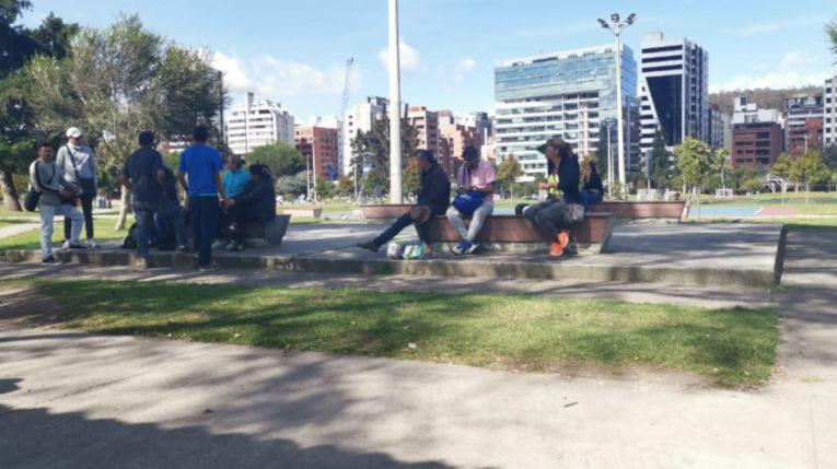 Ciudadanos venezolanos descansan en el parque La Carolina, en Quito.