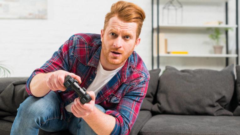 Adulto jugando videojuegos