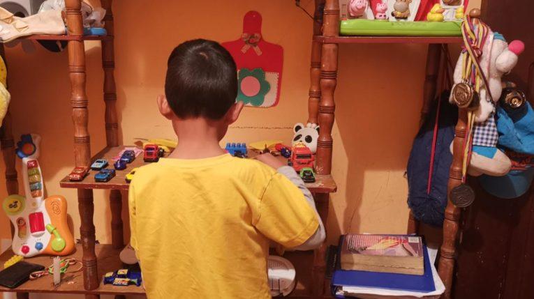Un niño que perdió a su madre tras ser asesinada juega en su habitación, en el sur de Quito, el 10 de mayo de 2019.