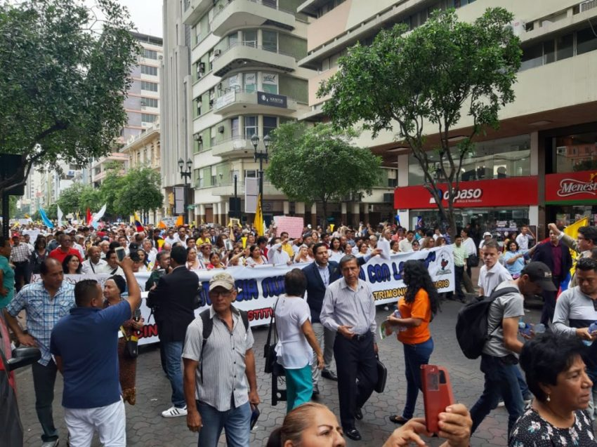 Manifestantes Pro Familia marcharon a lo largo de la Avenida 9 de Octubre en Guayaquil.