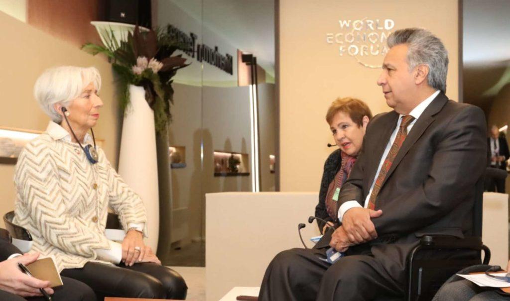 Fitch eleva la calificación de Ecuador de negativa a estable