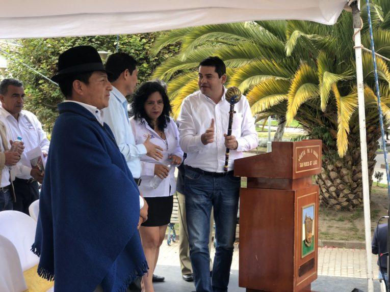 El viernes 21 de junio, Tuárez recibió un bastón de mando de los indígenas de la parroquia San Pablo del Lago, en Otavalo.