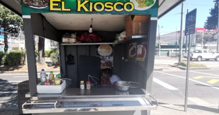 Luisa Gómez vende comida en un quiosco sobre la avenida 10 de Agosto