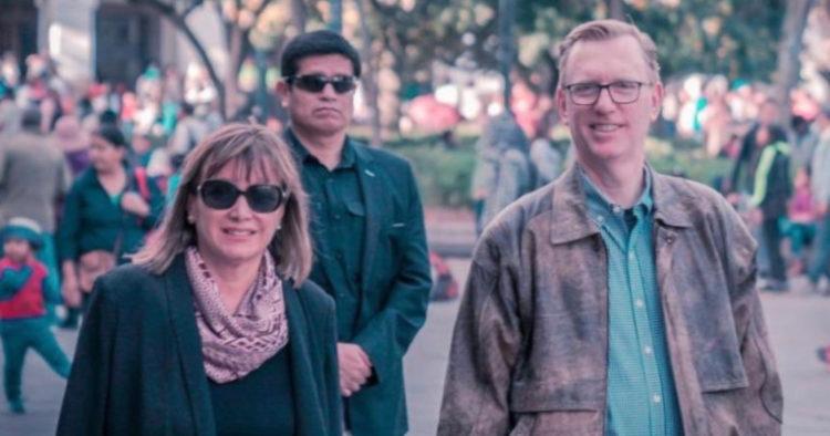 El embajador de Estados Unidos,  Mike Fitzpatrick, camina por la Plaza de la Independencia con su esposa Silvana Valdivieso