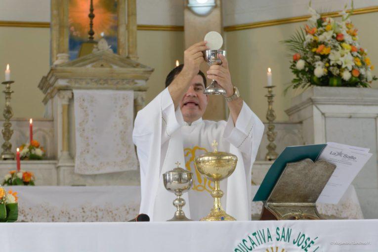 Misa oficiada por el padre Tuárez en 2017 en el colegio La Salle.