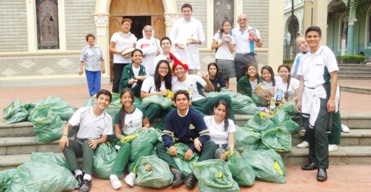 Imagen de archivo de Tuárez entregando canastas de Navidad en el Hospital Luis Vernaza de Guayaquil.