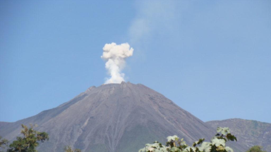 Ahora, el volcán Reventador emite flujos piroclásticos