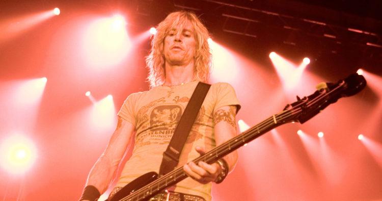 Duff McKagan en un concierto de Velvet Revolver, en 2004.