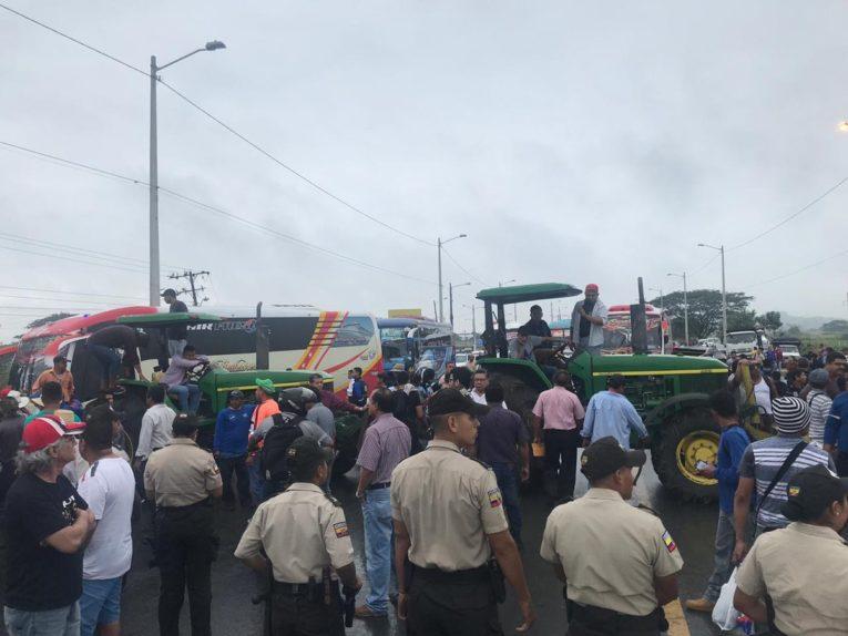 El lunes 17 de junio de 2021, los arroceros bloquearon las vías del Guayas en protesta por el precio de la saca de arroz.