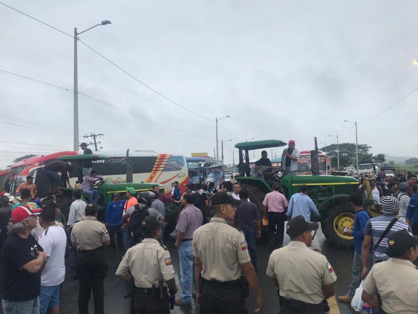 Foto archivo de las protestas de los arroceros que bloquean las vías en protesta por el precio de la saca de arroz.