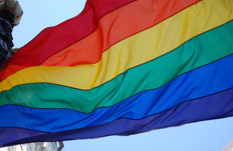 La bandera multicolor es el símbolo de la comunidad LGBTI.