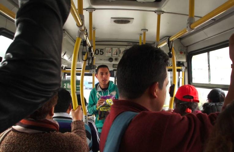 El venezolano Germán Ventura se gana la vida vendiendo golosinas en los buses del sistema de transporte municipal de Quito.