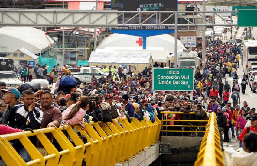 Ciudadanos venezolanos esperan para cruzar hacia Ecuador en la frontera con Colombia en junio de 2019.