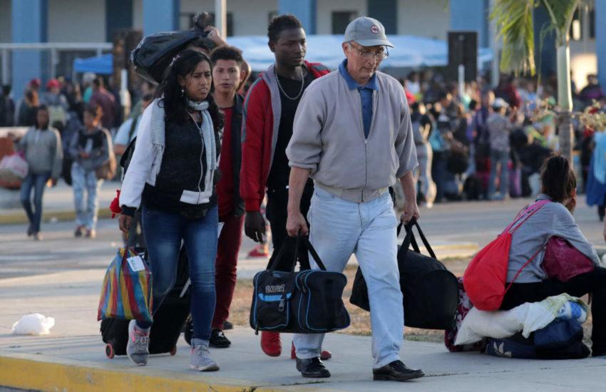 Un grupo de ciudadanos venezolanos camina en el Centro Fronterizo Binacional de Tumbes, en espera para cruzar a Perú.