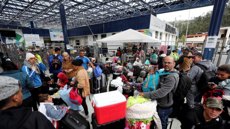 Miles de venezolanos llegan a la frontera entre Ecuador y Colombia