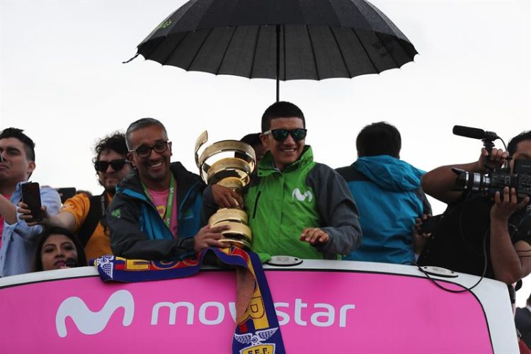 Richard Carapaz, campeón de la última edición del Giro de Italia, fue recibido por miles de personas a su llegada a Quito.