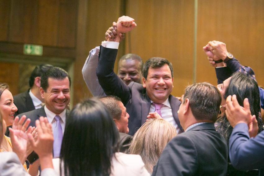 El asambleísta César Litardo alza los brazos en señal de triunfo tras ser elegido presidente de la Asamblea Nacional, el 14 de mayo de 2019.