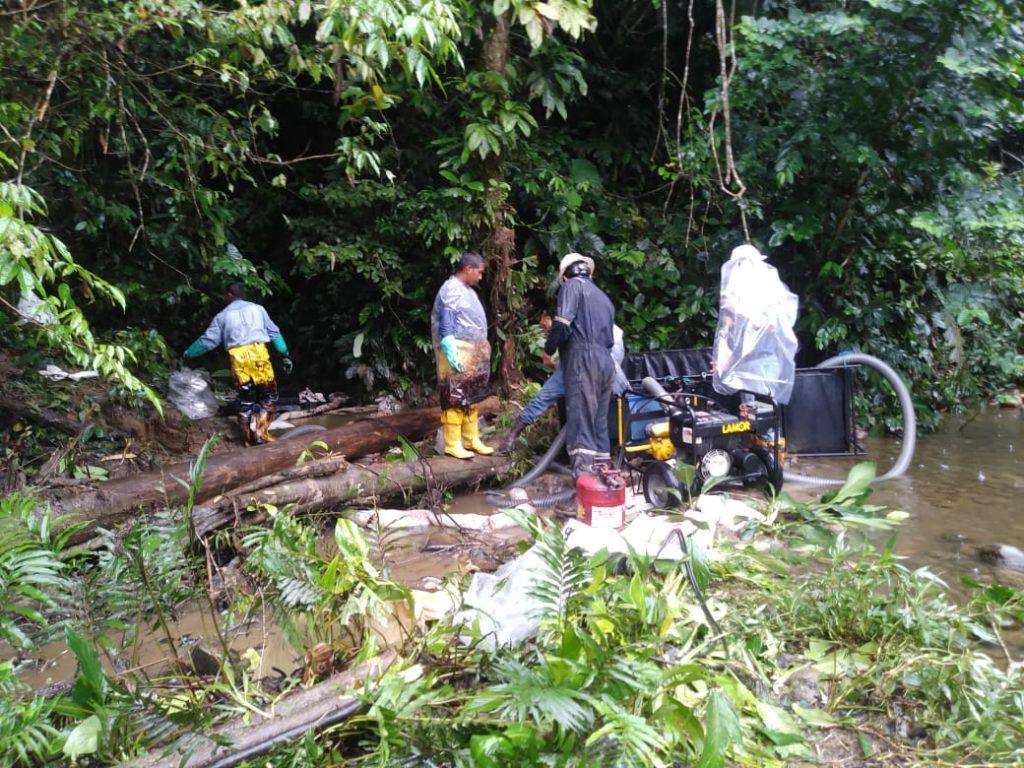 Ministerio del Ambiente verifica limpieza de derrame de crudo en Napo