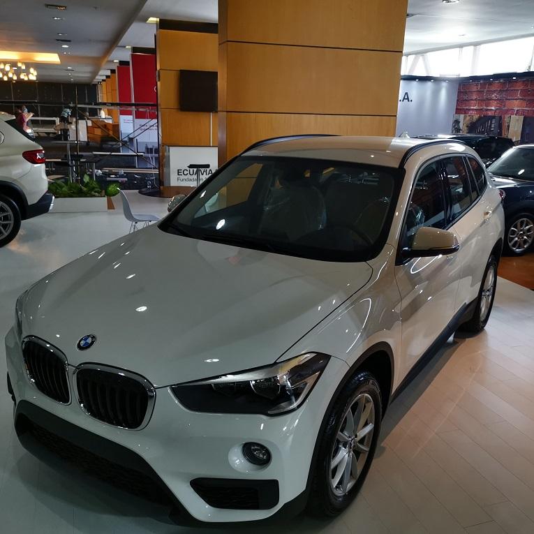 Autos de lujo como el BMW 520i se exhiben en el Autoshow 2019.