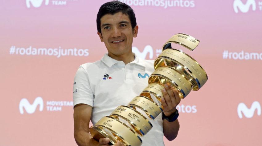 El ciclista Richard Carapaz posa con su trofeo tras vencer en el Giro de Italia 2019.