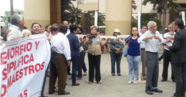 Dos maestras jubiladas de Guayaquil se crucificaron de manera simbólica en reclamos de sus pensiones.