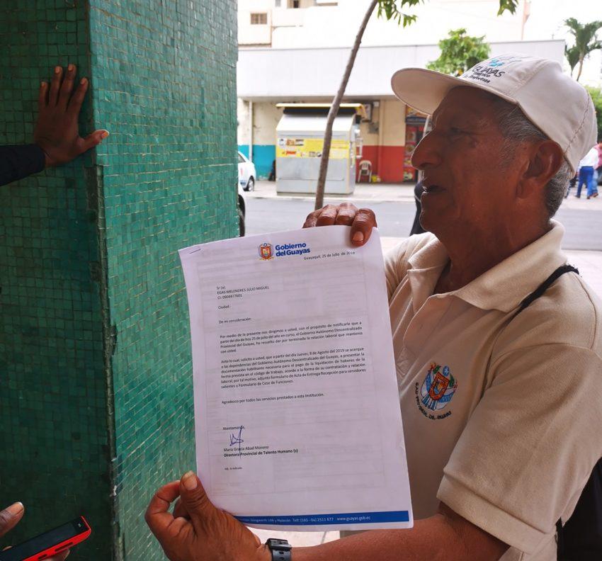 Armando Carrión muestra la notificación entregada por el departamento de Talento Humano de la Prefectura.