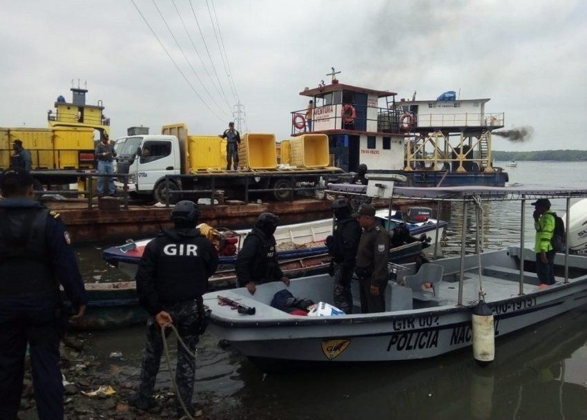 El operativo de la Policía y Armada logró detener a dos sujetos que asaltaron una embarcación camaronera en el Golfo de Guayaquil.