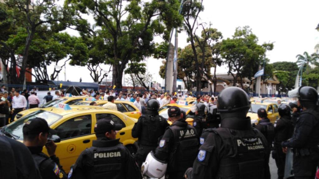 Taxistas anuncian nuevas paralizaciones, tras reunión con legisladores