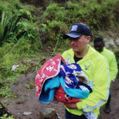 Un policía lleva un bebé en brazos durante la evacuación en Buenos Aires.