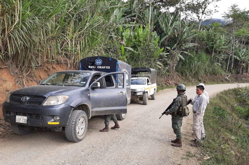 Un contingente de las Fuerzas Armadas controlan el ingreso a la parroquia Buenos Aires.