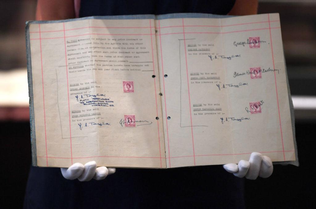 A subasta el primer contrato entre The Beatles y su agente Brian Epstein