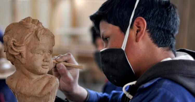 La Misión, que es parte de la orden salesiana y que cuenta con 100 voluntarios en Ecuador, brinda estudios académicos gratuitos a niños y jóvenes de Loja, Azuay, Cotopaxi, El Oro, Bolívar y Manabí. Además, les enseñan a elaborar obras en madera.