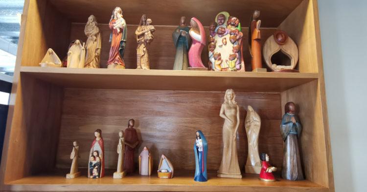 Para mejorar sus ingresos, los jóvenes han incursionado en la fabricación de figuras religiosas que las venden a las órdenes que hay en Ecuador.