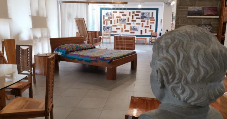 Camas, mesas, sillas, sillones, utensillos y esculturas en madera son los principales productos que fabrican los niños y jóvenes del Centro. El local, ubicado en Quito en las calles 10 de Agosto y República, es el más grande que la Misión tiene en Ecuador.