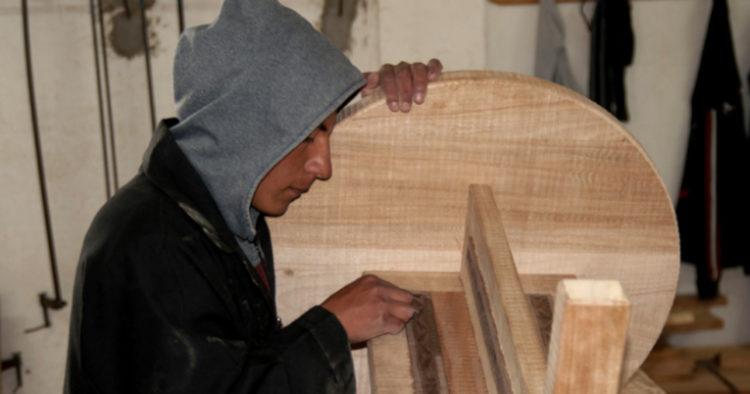 Las jornadas en las que los niños y jóvenes fabrican los muebles son de alrededor de dos horas diarias en los 17 talleres con los que cuenta la organización en Ecuador. Allí fabrican piezas de madera bajo pedido.
