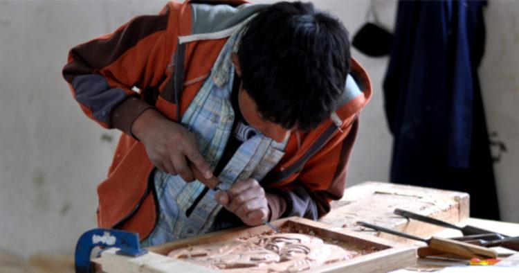 Los niños empiezan a fabricar sus primeros muebles a los 14 años. Ellos aprenden a tallar, cortar, pegar y trabajar la madera desde que atraviesan el décimo año de educación básica. Sus obras se venden en Quito, Loja y Cuenca.
