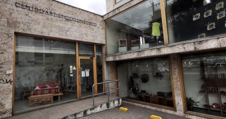 El Centro Artístico Don Bosco está ubicado en Quito. Es parte de la Misión Mato Grosso, fundada en 1967 por el sacerdote italiano Ugo de Censi. La Misión llegó a Ecuador  en 1987 para ayudar a niños de escasos recursos que no tenían la posibilidad de acceder al sistema educativo.