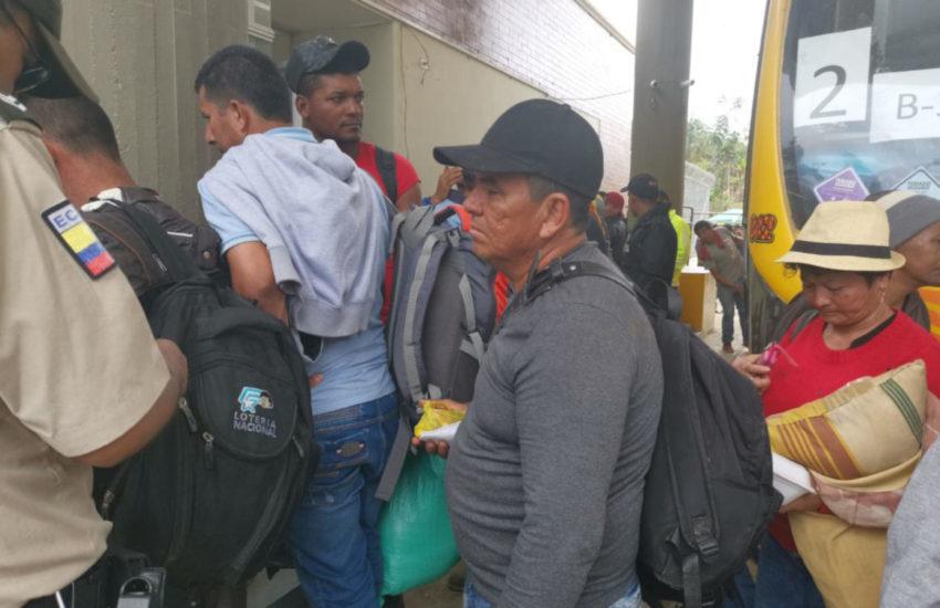 Un grupo de mineros ilegales de Buenos Aires espera la revisión de sus documentos para movilizarse en un bus.