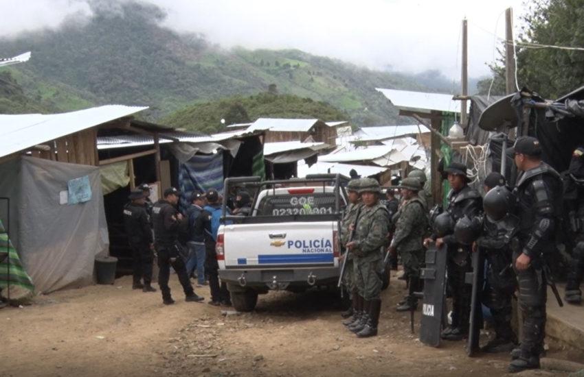 Militares y policías durante el operativo en el sector de Buenos Aires.