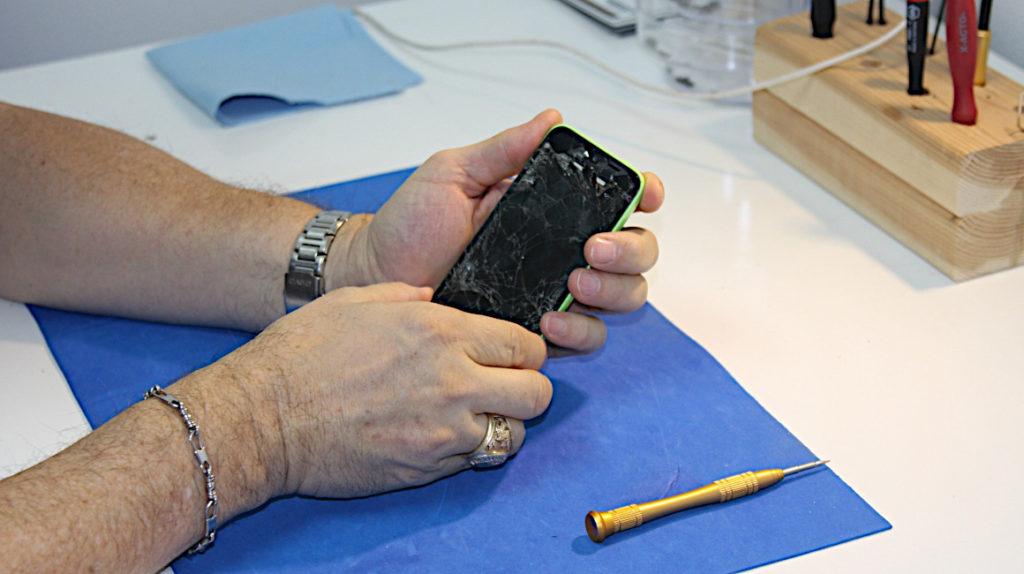 Los teléfonos más fáciles y los más difíciles de reparar