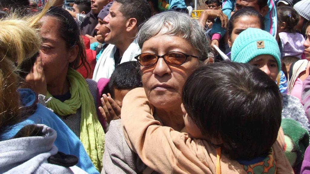 """""""Vamos a estar aquí hasta que dios toque el corazón del presidente"""", dicen venezolanos en la frontera"""