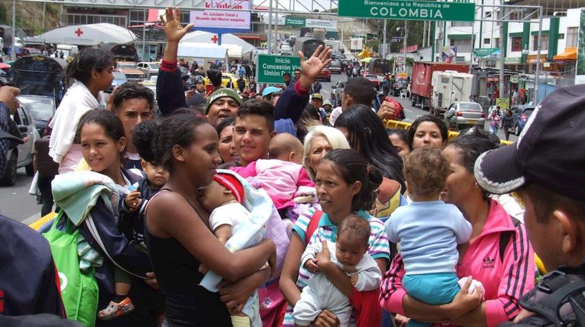 Fotografía del 26 de agosto de 2019. Numerosas familias venezolanas están a la espera de poder cruzar la frontera y entrar a Ecuador desde el Paso de Rumichaca, frontera con Colombia.